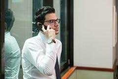 在电话的年轻商人 库存图片