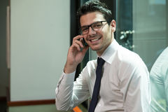 在电话的年轻商人 库存照片