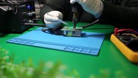 在电路板的技术员焊接的元素 股票视频
