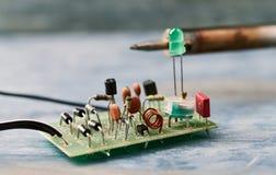 在电路板的电子元件 免版税库存图片