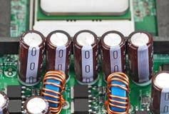 在电路板背景的电容器 免版税图库摄影