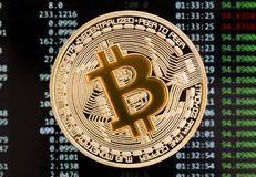 在电路板bac的金黄Bitcoin cryptocurrency黄色硬币 免版税库存图片