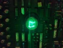 在电路的绿灯电灯泡 免版税库存照片