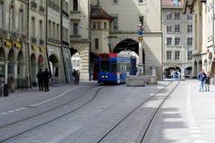在电车路轨的蓝色电车在伯尔尼 免版税库存图片