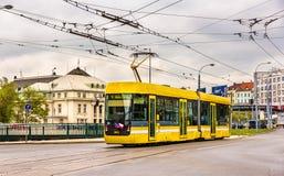 在电车轨道通行证的VarioLF2 2在比尔森,捷克的市中心 库存照片