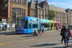 在电车附近的人们在阿姆斯特丹中央驻地旁边停止 免版税库存图片