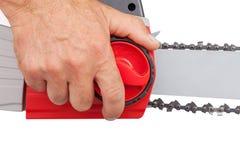 在电锯的链紧张 免版税库存照片