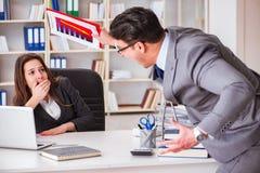 在男人和妇女之间的办公室冲突 免版税库存图片
