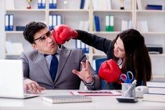 在男人和妇女之间的办公室冲突 库存照片