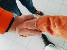 在男人和妇女之间的握手 库存图片