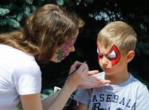 在男孩的面孔的绘画 免版税库存图片