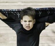 在男孩题头之后他的衬衣 免版税库存照片