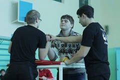 在男小学生中的Armwrestling 免版税库存照片