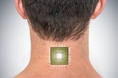 在男性人体的利用仿生学的芯片处理器植入管 库存照片