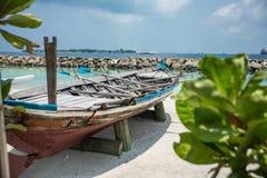 在男性城市的岸的小船 马尔代夫 假期 沙子白色 库存照片