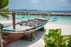 在男性城市的岸的小船 马尔代夫 假期 沙子白色 图库摄影