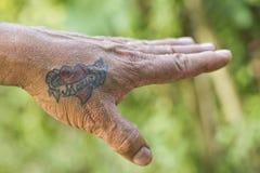 在男性手上的玛丽亚tatoo 免版税库存照片