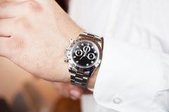 在男性手事务或时尚概念的手表特写镜头 库存照片