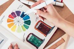 在画的标志的训练在写生簿,色环,妇女的 免版税库存照片