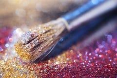 在画笔和光亮的粉末的特写镜头 库存照片