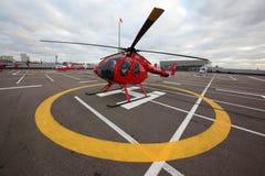 在番红花贸易中心屋顶的私有MD 520直升机 库存图片