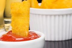 在番茄酱碗关闭的油煎的麦片粥 库存照片
