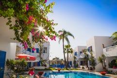 在疆土现代豪华旅馆的日出有典型的蓝色的a 免版税图库摄影