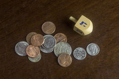 在疏散美国硬币中的木Dreidel 免版税库存照片