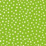 在疏散设计的白色手拉的圆油漆小点 在绿色背景的无缝的传染媒介样式 伟大  库存例证