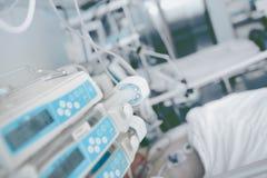 在病区背景的注射器设备  免版税库存图片