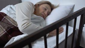 在病床,感觉的恶心和按电话按钮的成熟女性患者 股票录像