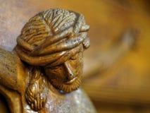 在痛苦特写镜头的木雕塑耶稣 库存照片