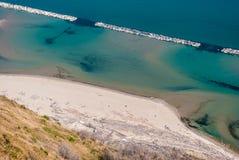 在登上圣Bartolo的脚的孤立海滩在佩萨罗附近的, 库存图片