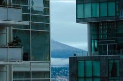 在登上西摩尔的偷看通过在skyscrape之间的露天场所 免版税库存照片