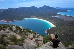 在登上Amos山顶俯视的葡萄酒杯海湾的凝思在Freycinet国立公园,东部塔斯马尼亚,澳大利亚 免版税库存图片