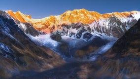 在登上annapurna的安纳布尔纳峰营地金黄小时 库存图片