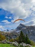 在登上Brunni的滑翔伞在昂热尔贝格在瑞士阿尔卑斯 免版税库存照片