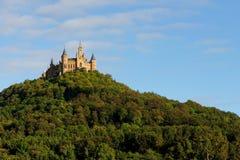 在登上Hohenzollern顶部的庄严Hohenzollern城堡在日落,德国 图库摄影