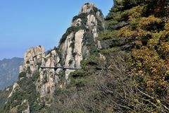 在登上Jiuhua,九座光彩的山的sideway上流 库存图片