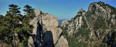 在登上Jiuhua,九座光彩的山的sideway上流 免版税库存图片