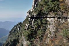 在登上Jiuhua,九座光彩的山的sideway上流 免版税图库摄影