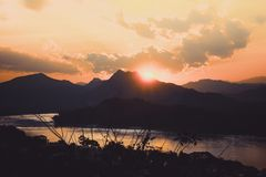 在登上Phousi,琅勃拉邦,老挝的美好的日落视图 库存照片