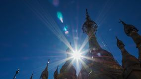 在登上Popa缅甸的塔翁Kalat的上面的金黄佛教stupa 库存照片