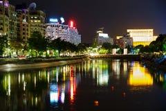 在登博维察河河反映的议会宫殿,在晚上,用镇静水 免版税库存图片