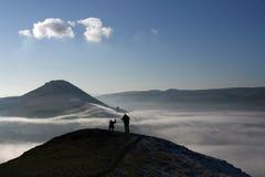 在登山人雾之上 免版税库存照片
