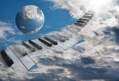 在登高入天空的云彩的美好的钢琴钥匙 免版税库存照片