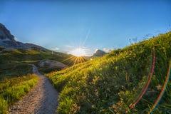 在白云岩在日落,威尼托,意大利的山行迹 免版税图库摄影