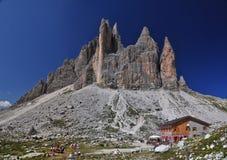 在白云岩山的Lavaredo瑞士山中的牧人小屋 图库摄影