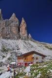 在白云岩山的Lavaredo瑞士山中的牧人小屋 免版税图库摄影