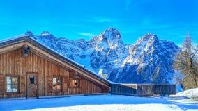 在白云岩山脉,意大利的瑞士山中的牧人小屋 库存图片